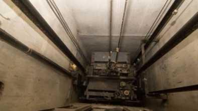 В Щучинске участковый инспектор упал в шахту лифта