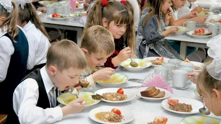 В Бурабайском районе 1-4 классы полностью обеспечены бесплатным горячим питанием