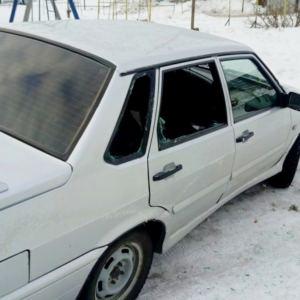 10 машин в Щучинске были вскрыты и разбиты стекла, совершены попытки угона