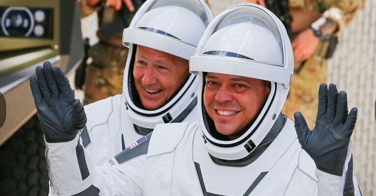 SpaceX сделала это. Состоялся первый пилотируемый запуск космического корабля Crew Dragon