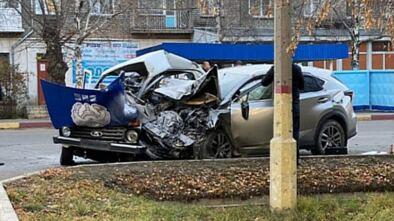Щучинск Казахстан. 6.11 15.10.2020 в районе центральной аптеки произошла авария. Автомашина Lexus NX20 на красный протаранила машину Lada-21214 отдела местной полицейской службы Бурабайского РОП